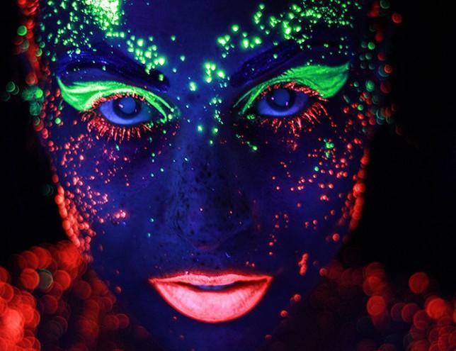 Боди-арт светящейся краской