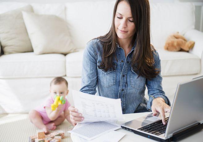 женщина работает дома