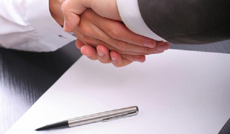 Рукопожатие над документом.